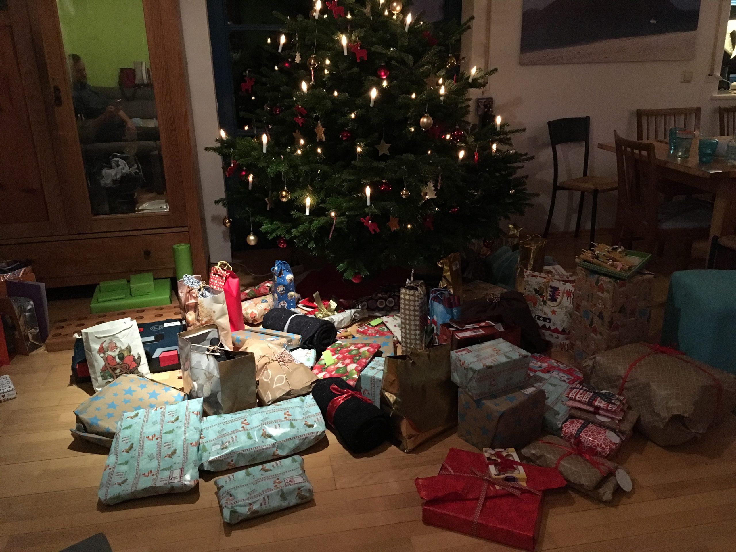 擺滿禮物的聖誕樹